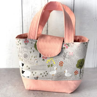 Toy shopping bag in pink with farm animals print
